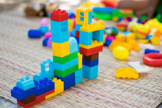 Kleurrijk speelgoed met kinderen Premium Foto