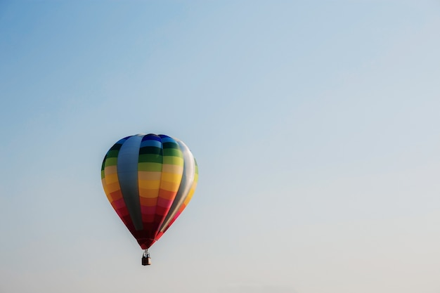 Kleurrijk van ballon op hemel. Premium Foto