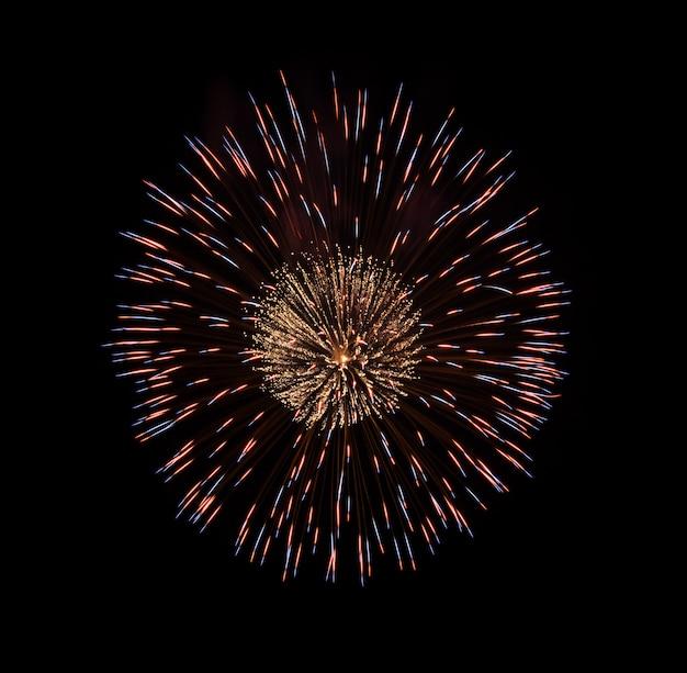 Kleurrijk vuurwerk dat op zwarte wordt geïsoleerd Premium Foto