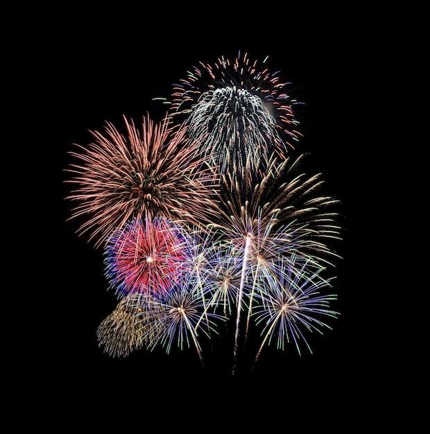 Kleurrijk vuurwerk geïsoleerd op zwart Premium Foto