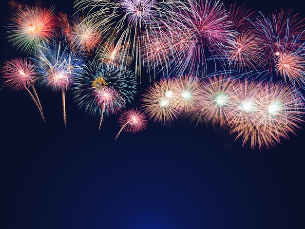 Kleurrijk vuurwerk op de zwarte hemelachtergrond met vrije ruimte voor tekst Premium Foto