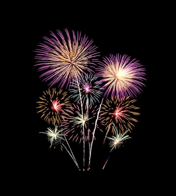 Kleurrijk vuurwerk oplichten en explosie op zwarte lucht. nieuwjaarsviering en jubileumconcept Premium Foto