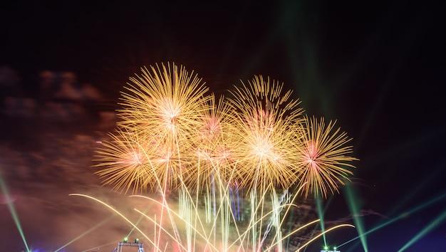 Kleurrijk vuurwerk 's nachts verlicht de hemel met oogverblindende weergave. Premium Foto