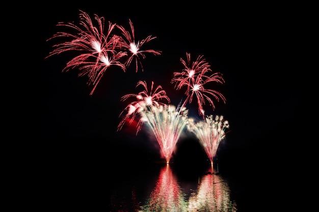 Kleurrijk vuurwerk 's nachts Premium Foto