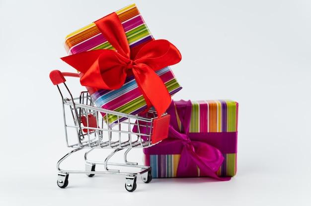 Kleurrijk zwart vrijdaggift in boodschappenwagentje Gratis Foto