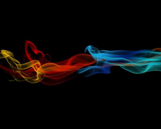 Kleurrijke abstracte rook op zwarte achtergrond Gratis Foto