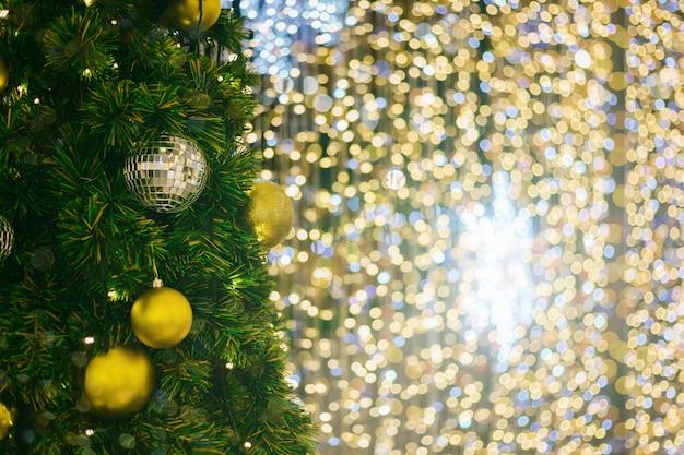 Kleurrijke ballen op groene kerstboom achtergrond decoratie tijdens kerstmis en nieuwjaar Premium Foto