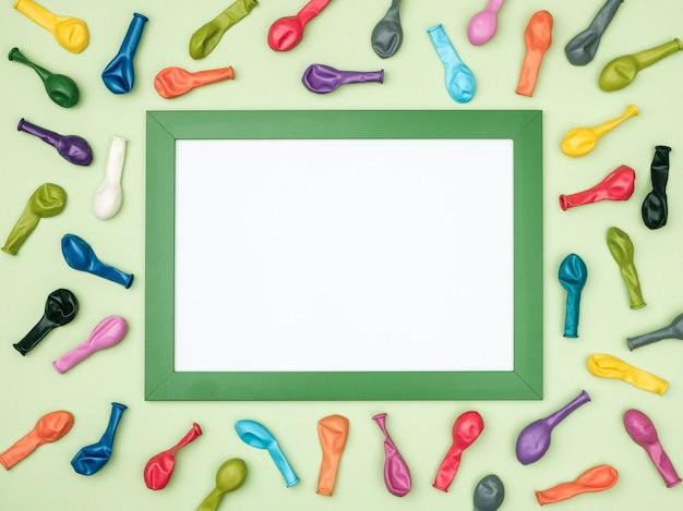 Kleurrijke ballonnen en frame op kleurrijke bovenaanzicht als achtergrond. verjaardag of feestmodel Premium Foto