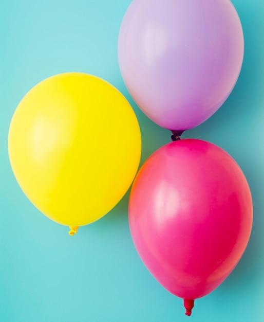 Kleurrijke ballonnen op blauwe achtergrond Gratis Foto