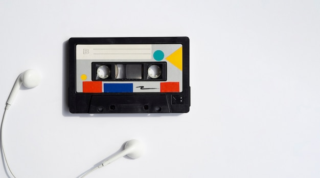Kleurrijke band met oortelefoons en exemplaar-ruimte Gratis Foto