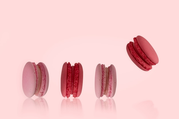 Kleurrijke bitterkoekjes op de roze achtergrond Premium Foto
