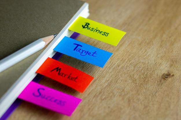 Kleurrijke bladwijzers en witte potlood gezet op boek. concept van het bedrijfsleven. Premium Foto