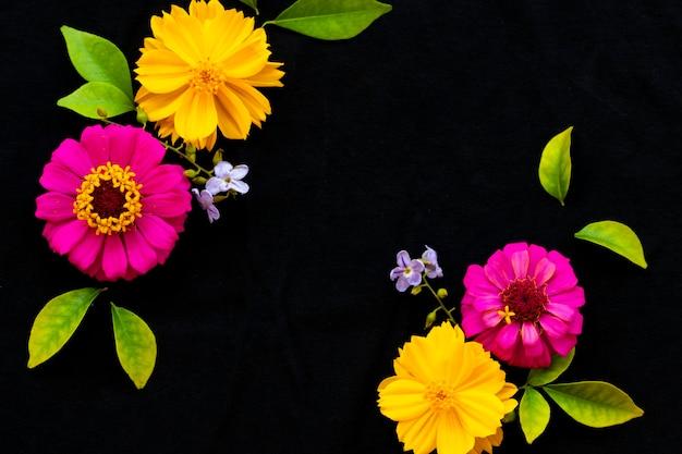 Kleurrijke bloemen arrangement briefkaart stijl op zwart Premium Foto
