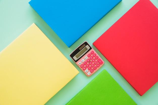 Kleurrijke boeken met calculator in centrum Gratis Foto