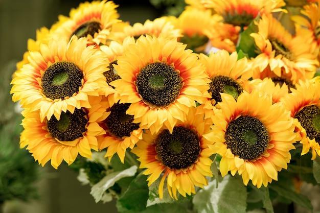 Kleurrijke bos gele zonnebloemen Premium Foto