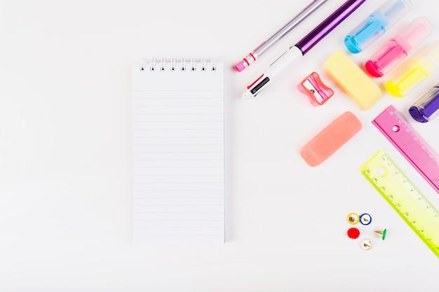 Kleurrijke briefpapier met kleine kladblok Gratis Foto