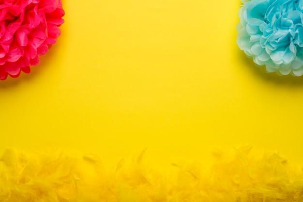 Kleurrijke carnaval-voorwerpen op gele achtergrond met exemplaarruimte Premium Foto