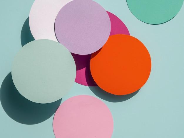 Kleurrijke cirkels van papier geometrische achtergrond Gratis Foto