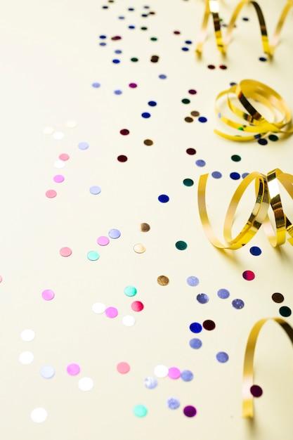 Kleurrijke confetti en gouden linten Gratis Foto