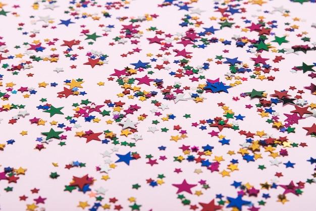 Kleurrijke confetti sterren op de achtergrond Gratis Foto
