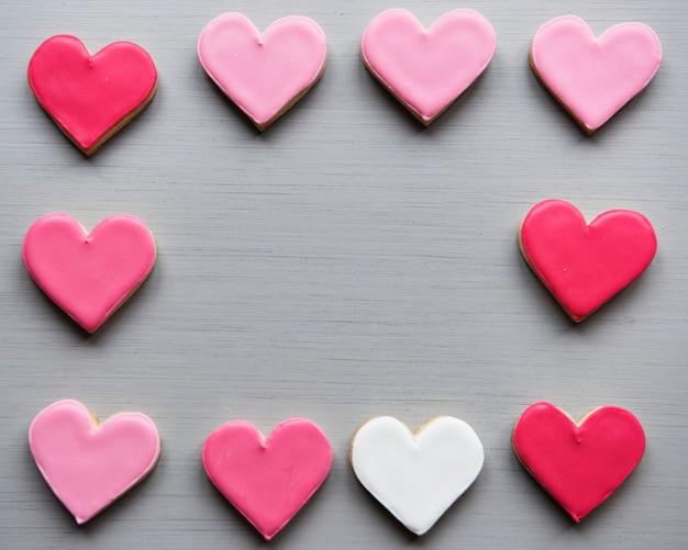 Kleurrijke cookie harten vorm decoratieve liefde smitten valentine design space Gratis Foto