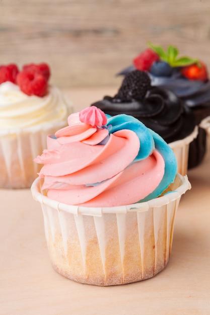 Kleurrijke cupcakes met verschillende smaken. kleine mooie cakes Premium Foto