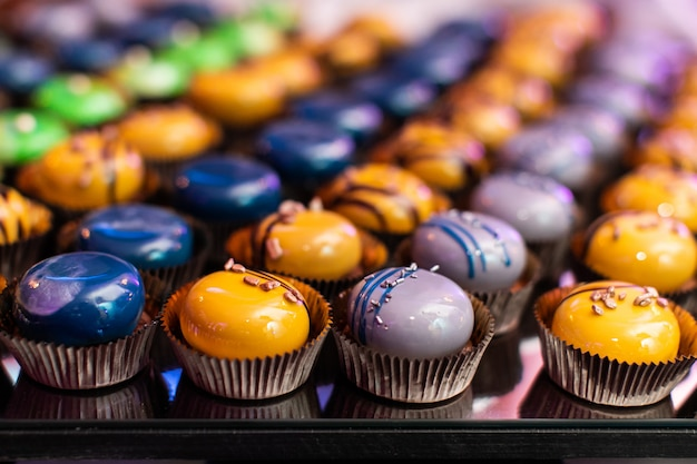 Kleurrijke cupcakes op de buffettafel Premium Foto