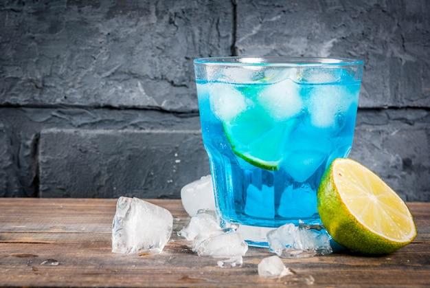 Kleurrijke de zomerdrank, bevroren blauwe de cocktaildrank van de lagunealcohol met kalk en munt Premium Foto