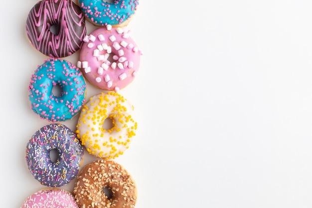 Kleurrijke donuts regeling kopie ruimte Gratis Foto