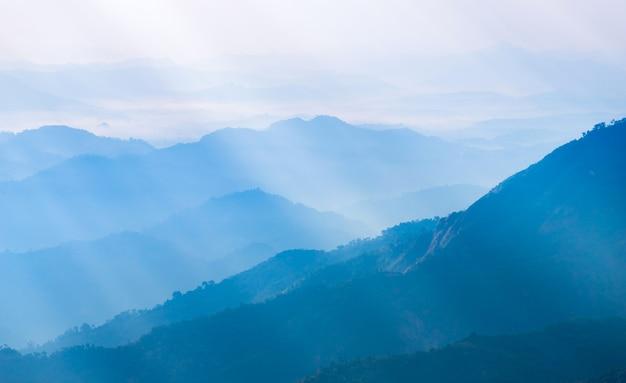 Kleurrijke dramatische hemel met wolk bij zonsondergang in de bergen Premium Foto