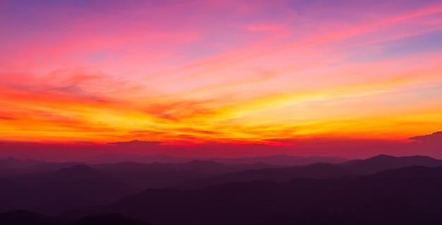 Kleurrijke dramatische hemel met wolk bij zonsondergang Premium Foto