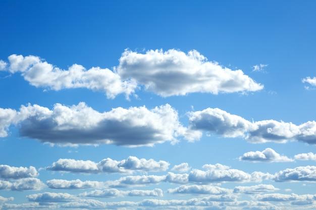 Kleurrijke dramatische hemel met wolken bij zonsondergang. Premium Foto