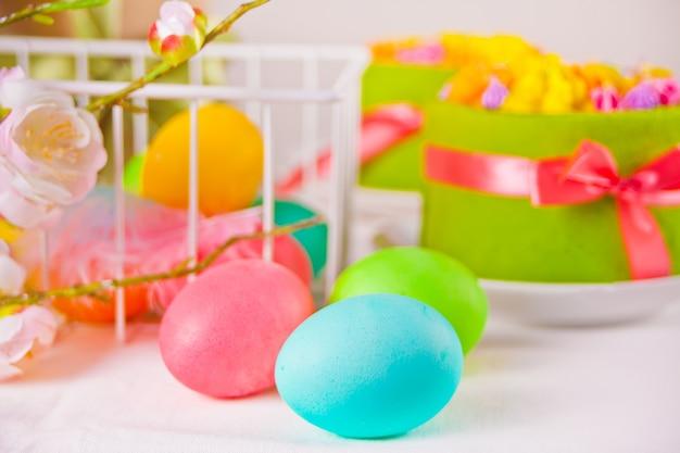 Kleurrijke eieren voor pasen en kleine taarten Premium Foto