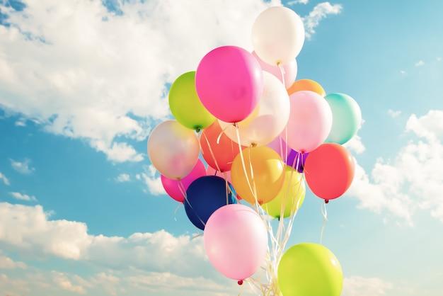 Kleurrijke feestelijke ballonnen over blauwe hemel Premium Foto
