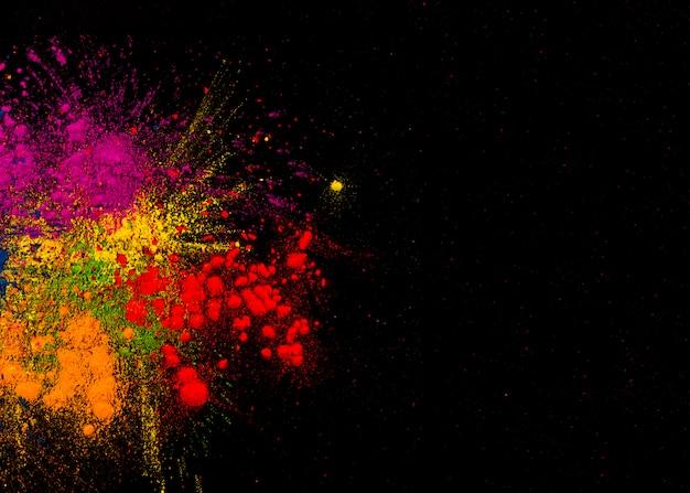 Kleurrijke festivalkleuren over duidelijke oppervlakte met ruimte voor tekst Gratis Foto