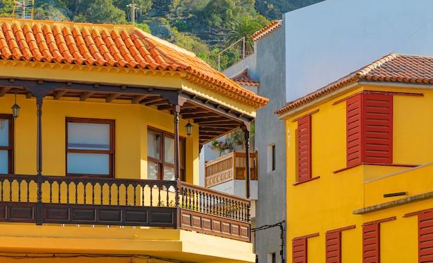 Kleurrijke gebouwen op een smalle straat in de spaanse stad garachico op een zonnige dag, tenerife, canarische eilanden, spanje Gratis Foto