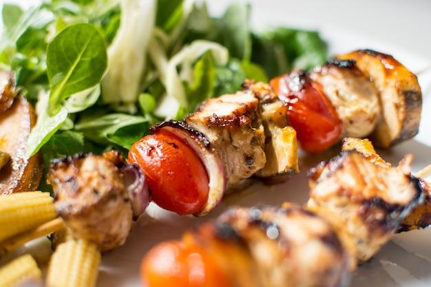 Kleurrijke geroosterde kippenvleespennen Gratis Foto