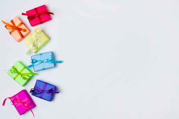 Kleurrijke geschenken op tafel met kopie ruimte Gratis Foto