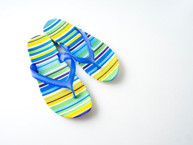 Kleurrijke gestreepte flip flops op witte achtergrond Premium Foto
