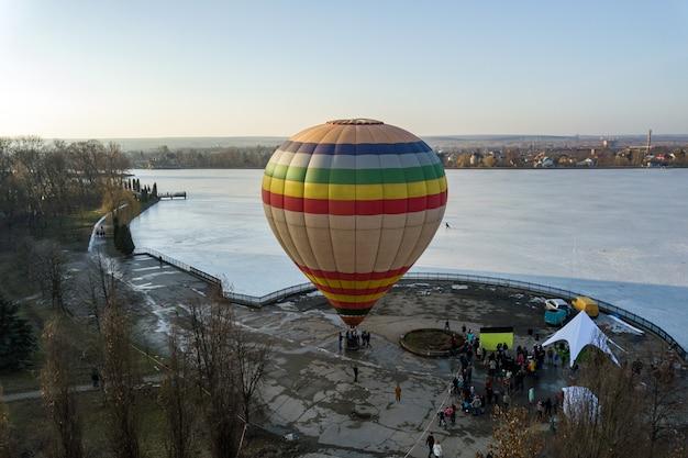Kleurrijke gestreepte lucht baloon in stadspark. Premium Foto