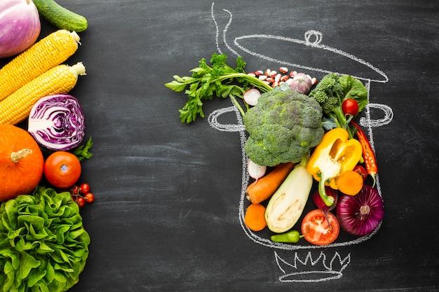 Kleurrijke groenten op krijtpot Gratis Foto