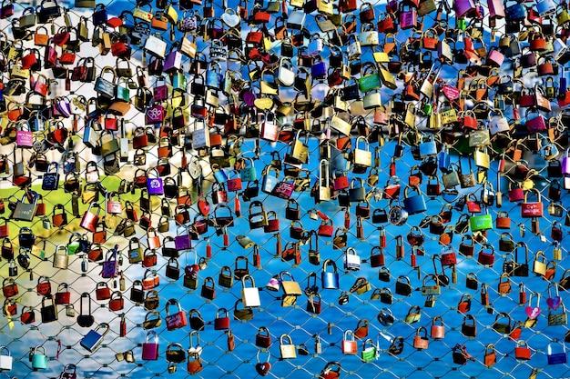 Kleurrijke hangsloten Gratis Foto