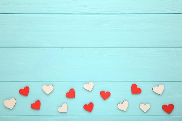 Kleurrijke harten op een houten achtergrond Premium Foto