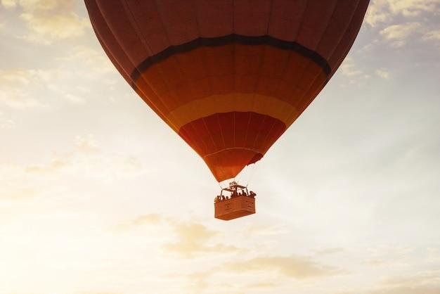 Kleurrijke hete luchtballon vroeg in de ochtend in cappadocia, tur Premium Foto