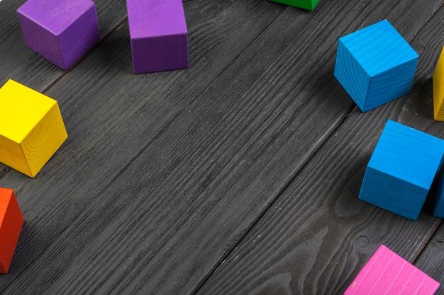 Kleurrijke houten kubussen op houten tafel Premium Foto