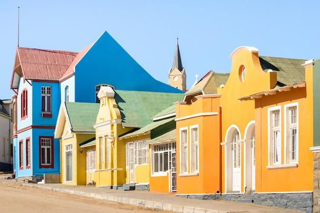 Kleurrijke huizen in luderitz - architectuurconcept met oude duitse stijlstad in zuid-namibië Premium Foto