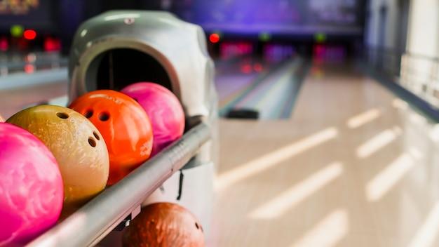 Kleurrijke kegelenballen op vage achtergrond Gratis Foto