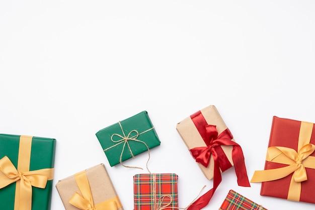 Kleurrijke kerstmis stelt met lint op witte achtergrond voor Gratis Foto