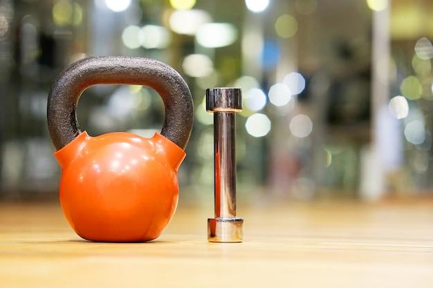 Kleurrijke kettlebells in de sportschool Premium Foto