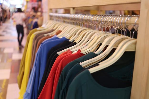 Kleurrijke kleding opknoping op de waslijn. Premium Foto